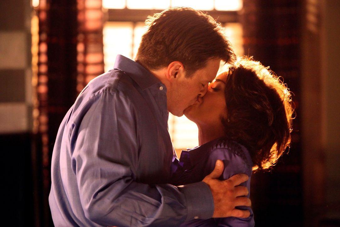 Castle (Nathan Fillion, l.) lässt sich auf eine heiße Affäre mit der Schauspielerin Ellie Monroe (Kelly Carlson, r.) ein. - Bildquelle: ABC Studios