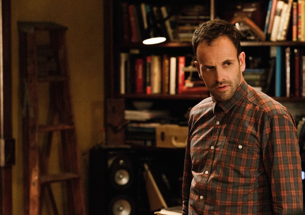 Die Vergangenheit holt ihn ein: Sherlock Holmes (Jonny Lee Miller) hat vor Jahren einen Mann des Mordes verdächtigt, der daraufhin das Polizeirevier... - Bildquelle: CBS Television