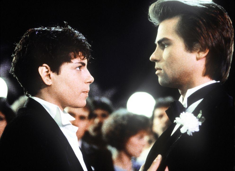 Während einer Schulfeier lernt Terry (Joyce Hyser, l.) den attraktiven Rick (Clayton Rohner, r.) kennen. Der hält Terry natürlich für einen Jungen .... - Bildquelle: Columbia Pictures