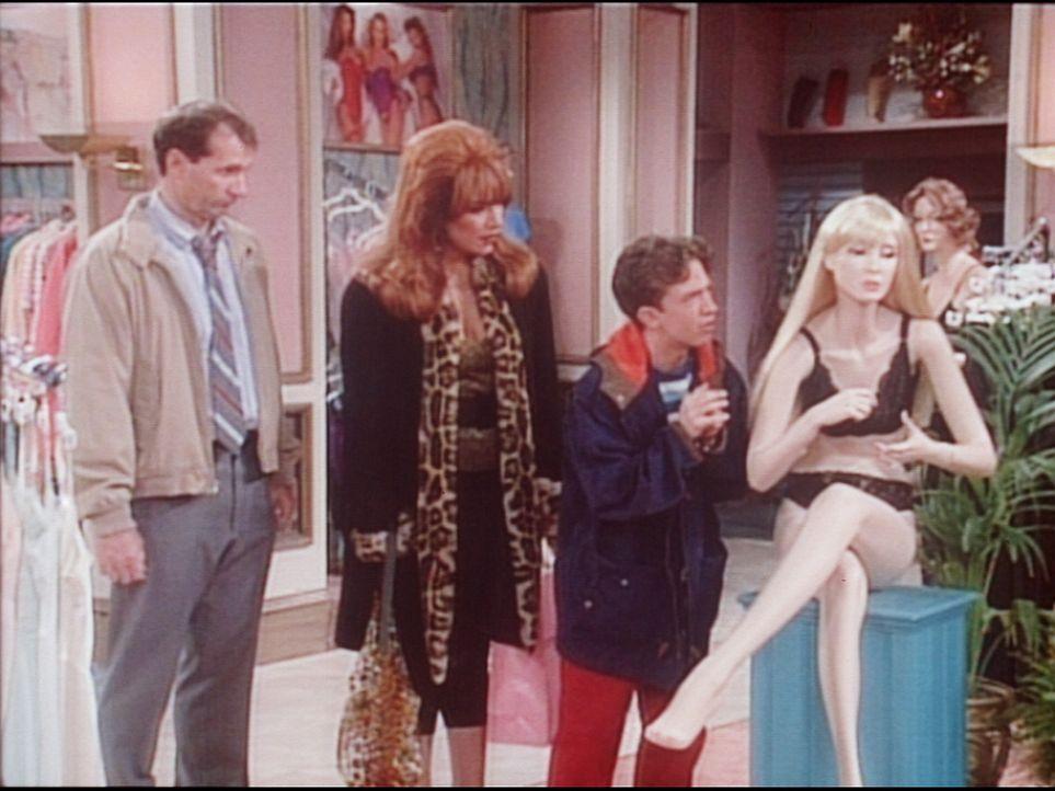 Al (Ed O'Neill, l.) und Peggy (Katey Sagal, 2.v.l.) ertappen Bud (David Faustino) dabei, wie er mit einer Schaufensterpuppe flirtet. - Bildquelle: Columbia Pictures