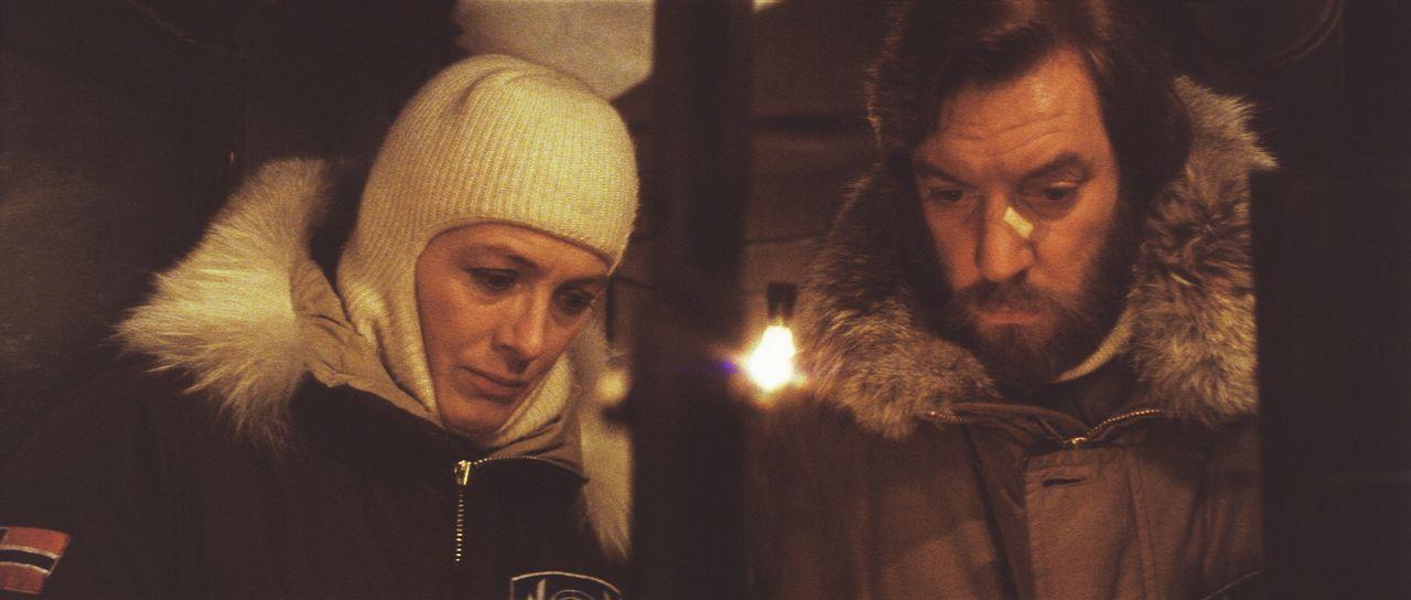 Hedi Lindquist (Vanessa Redgrave, l.) und Frank Lansing (Donald Sutherland, r.) kommen einem grausamen Geheimnis auf die Spur, wodurch sie sich selb... - Bildquelle: Columbia Pictures