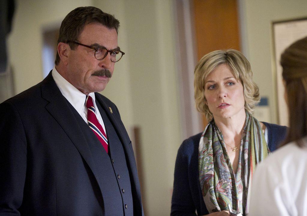 Frank (Tom Selleck, l.) und Linda (Amy Carlson, r.) erkundigen sich im Krankenhaus nach dem Zustand von Henry, der einen Herzinfarkt hatte ... - Bildquelle: 2011 CBS Broadcasting Inc. All Rights Reserved