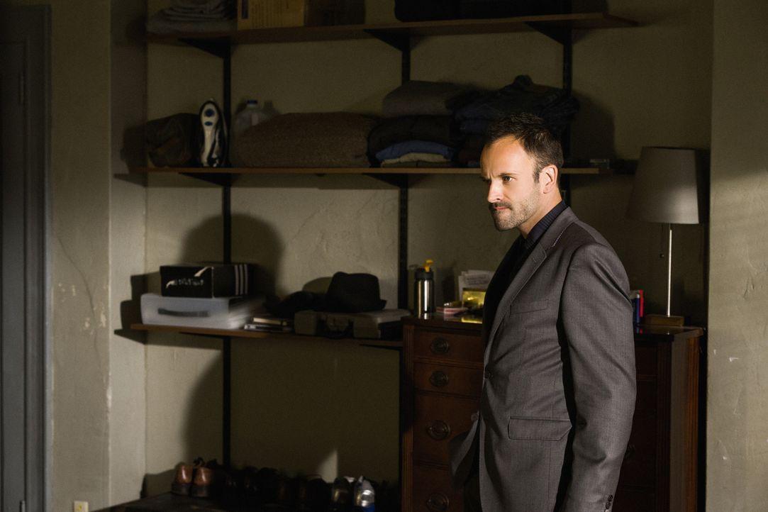 Versucht alles, um den Täter zu finden, der bei Captain Gregson eingebrochen ist: Sherlock Holmes (Jonny Lee Miller) ... - Bildquelle: CBS Television