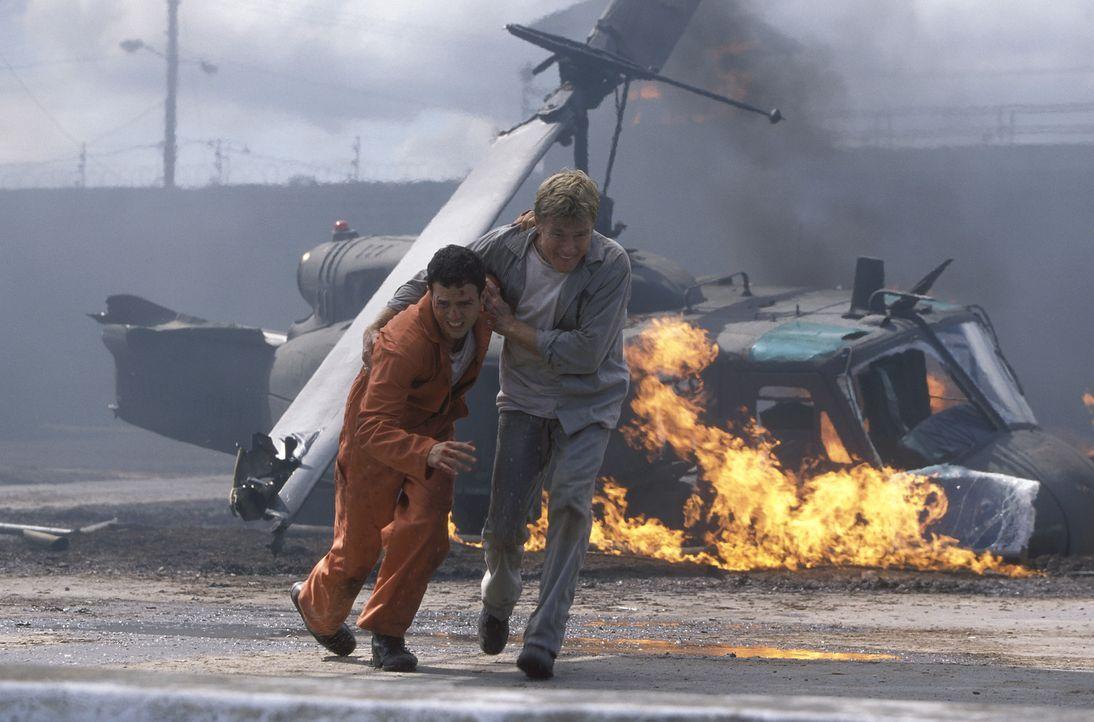 In letzter Minute gelingt es General Irwin (Robert Redford, r.), Yates (Mark Ruffalo, l.) aus der Gefahrenzone zu bringen. Doch da droht neues Ungem... - Bildquelle: TM &   2001 DREAMWORKS LLC. All Rights reserved.