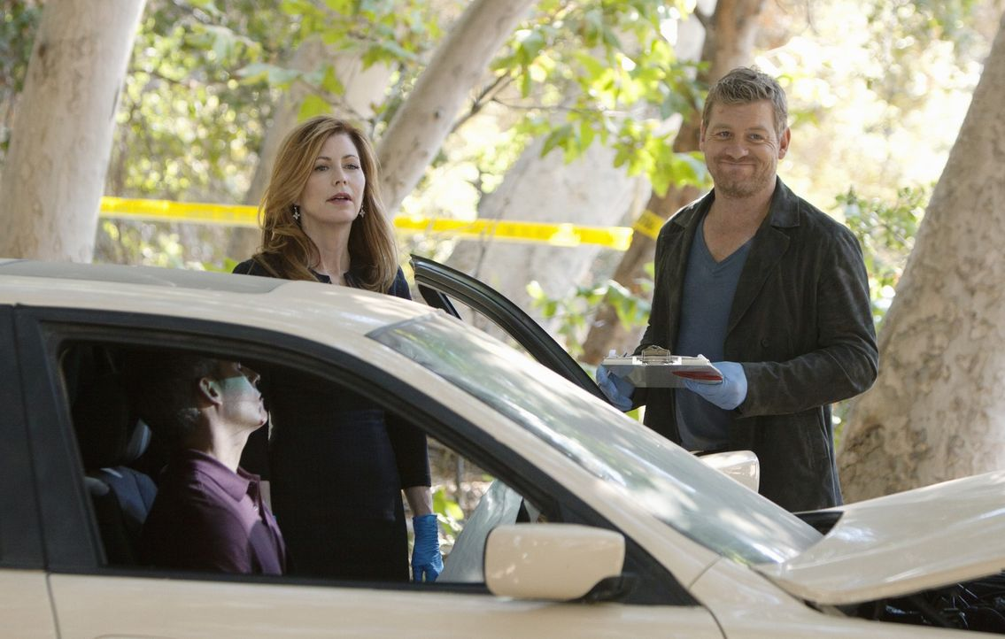 Für Dr. Megan Hunt (Dana Delany, l.) und Peter Dunlop (Nicholas Bishop, r.) ist schnell klar, dass der Tote im Wagen bereits vor dem Aufprall tot wa... - Bildquelle: ABC Studios