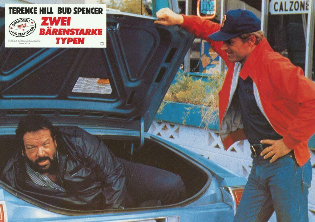 Im letzten Moment können die Kleinganoven Roscoe (Terence Hill, r.) und Doug (Bud Spencer, l.) mal wieder der Polizei entkommen, weil sie sich am F... - Bildquelle: Warner Brothers