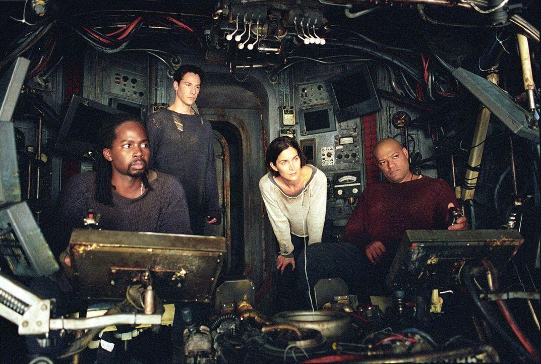 Kehren in die Matrix zurück, um den Feind direkt bekämpfen zu können: (v.l.n.r.) Link (Harold Perrineau jr.), Neo (Keanu Reeves), Trinity (Carrie-An... - Bildquelle: Warner Bros.