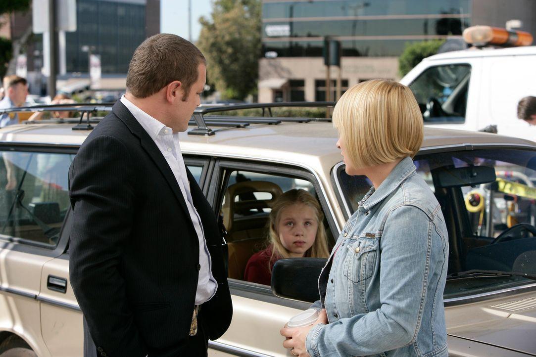 Scanlon (David Cubitt, l.) kümmert sich um Allison (Patricia Arquette, r.) und ihre Tochter Ariel (Sofia Vassilieva, M.), die in einem Geschäft eine... - Bildquelle: Paramount Network Television