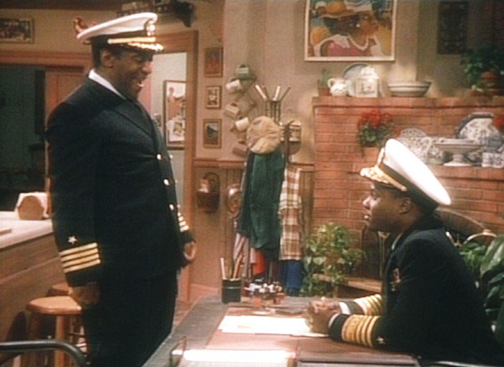 Theo (Malcolm-Jamal Warner, r.) ist in Cliffs (Bill Cosby, l.) Traum plötzlich Admiral und der Vorgesetzte seines Vaters. - Bildquelle: Viacom