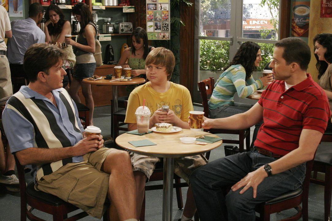Männergespräche: Charlie (Charlie Sheen, l.), Alan (Jon Cryer, r.) und Jake (August T. Jones, M.) ... - Bildquelle: Warner Brothers Entertainment Inc.