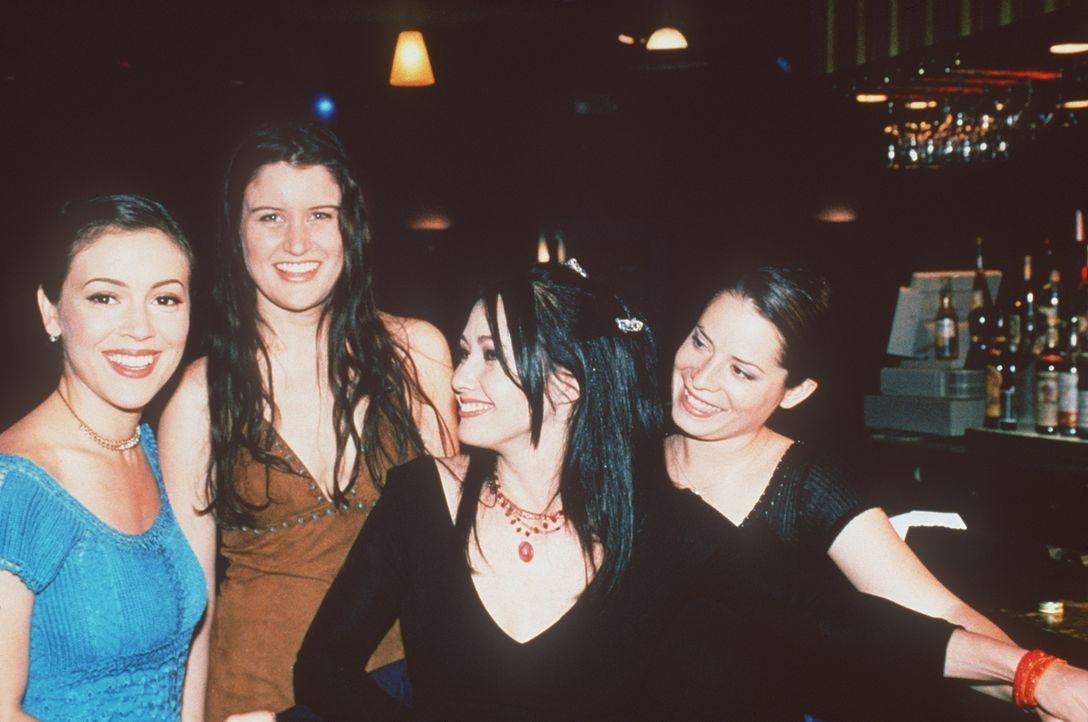 Piper (Holly Marie Combs, r.), Prue (Shannen Doherty, 2.v.r.) und Phoebe (Alyssa Milano, l.) sind rundum zufrieden mit ihrem Star auf der Bühne. - Bildquelle: Paramount Pictures