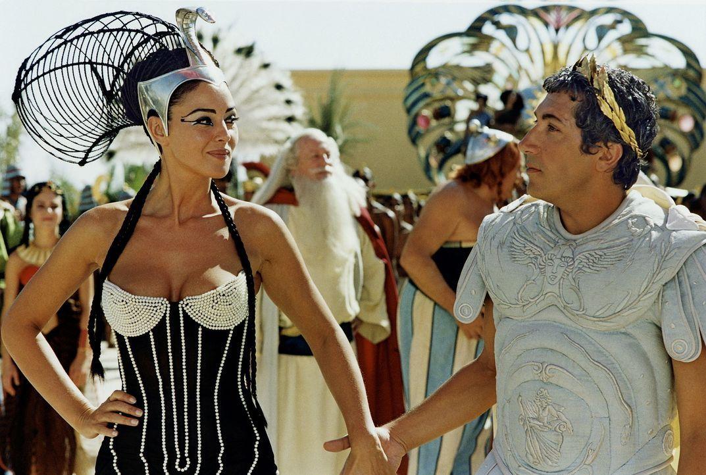 Um Julius Caesar (Alain Chabat, r.) zu beeindrucken, lässt sich Königin Cleopatra (Monica Bellucci, l.) auf eine gewagte Wette ein ... - Bildquelle: Tobis StudioCanal