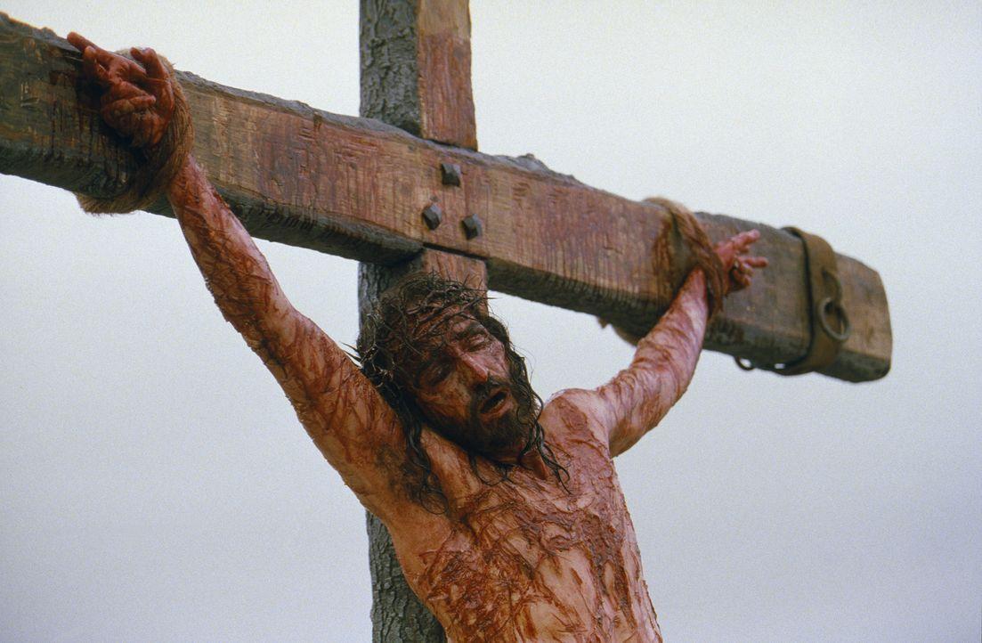 Im Angesicht des Todes, nach einer unglaublichen Leidenszeit, verzeiht Jesus (James Caviezel) denjenigen, die ihm das angetan haben ... - Bildquelle: Icon Film Distribution Ltd.