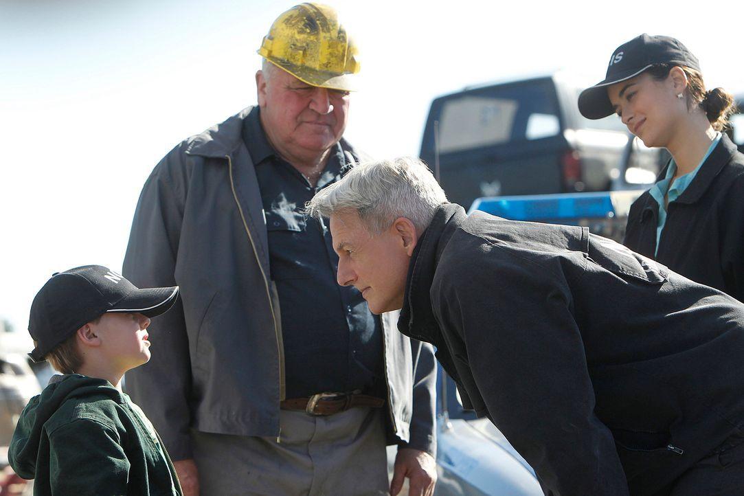 Gibbs (Mark Harmon, 2.v.r.) und Ziva (Cote de Pablo, r.) untersuchen einen neuen Mordfall und befragen dabei Tommy (Jackson Brundage, l.) und Frank... - Bildquelle: CBS Television