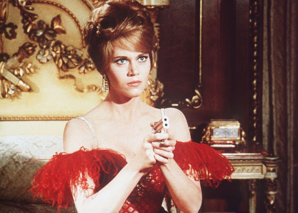Cat Ballou (Jane Fonda) hat ihren Colt auf den Geschäftemacher Sir Harry Percival gerichtet - und plötzlich löst sich ein Schuss ... - Bildquelle: Columbia Pictures