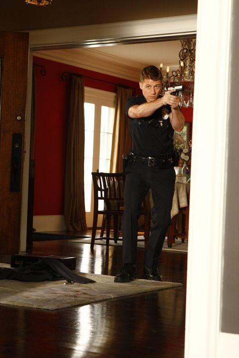 Zusammen mit seinen Kollegen durchsucht Officer Ben Sherman (Benjamin McKenzie) aufgrund eines Hinweises ein Haus, wo sie einen grausamen Fund mache... - Bildquelle: Warner Brothers