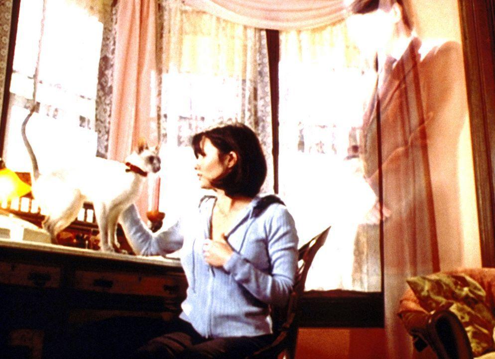 Prue (Shannen Doherty) ist überhaupt nicht bewusst, dass sie gerade ein teures Diadem aus dem Tresor des Auktionshauses gestohlen hat. - Bildquelle: Paramount Pictures