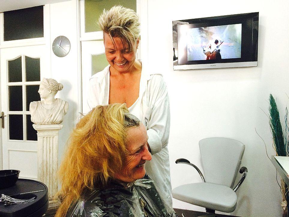 Wovon andere noch träumen, hat Auswanderin Andrea (hinten) in die Tat umgesetzt: Sie hat ihren eigenen Friseursalon auf Mallorca eröffnet ... - Bildquelle: kabel eins