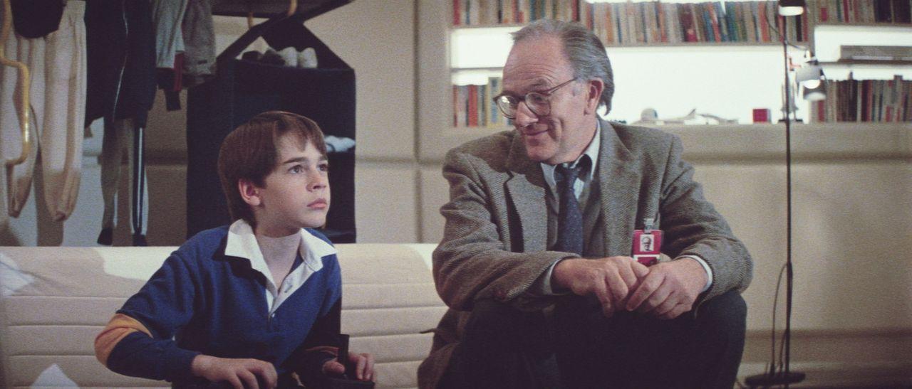 Der 12-jährige Daryl (Barret Oliver) ahnt nicht, dass er von Dr. Stewart (Josef Sommer) als Android gezüchtet wurde - und nun in höchster Gefahr... - Bildquelle: Paramount Pictures
