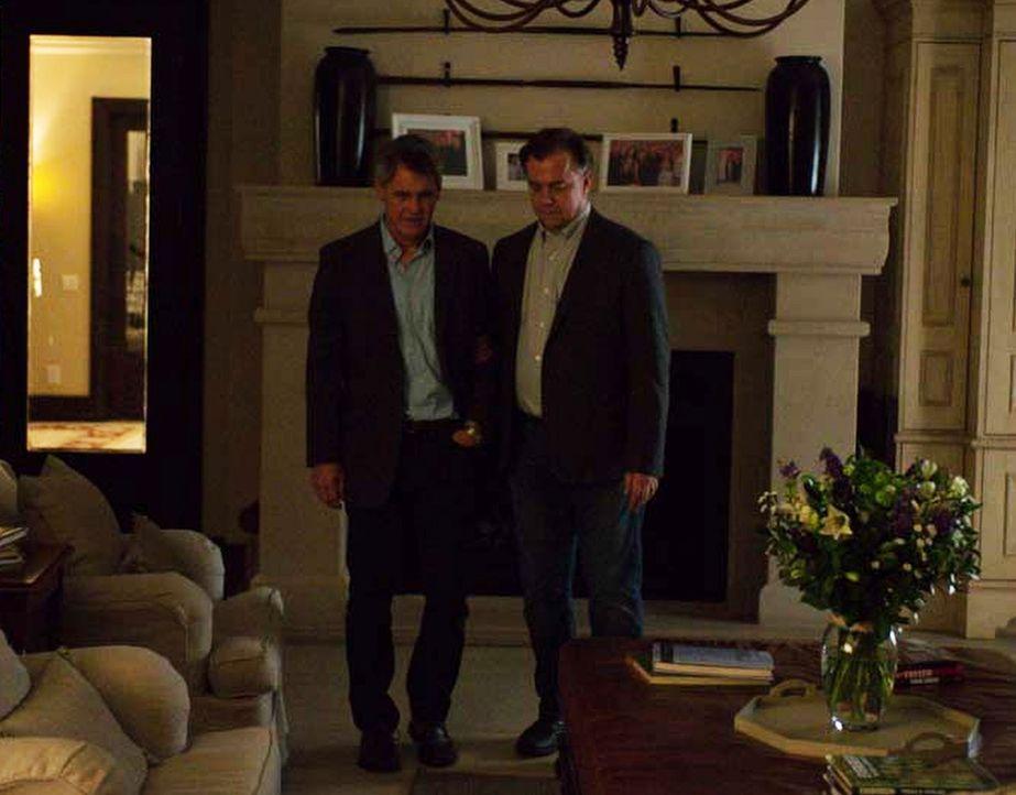 Dennis Boyd (Mark Moses, l.) wird von ISI-Agentin Tasneem Qureshi unter Druck gesetzt, für sie zu arbeiten. Doch was wird er tun? Sich darauf einlas... - Bildquelle: Homeland   2014 Twentieth Century Fox Film Corporation