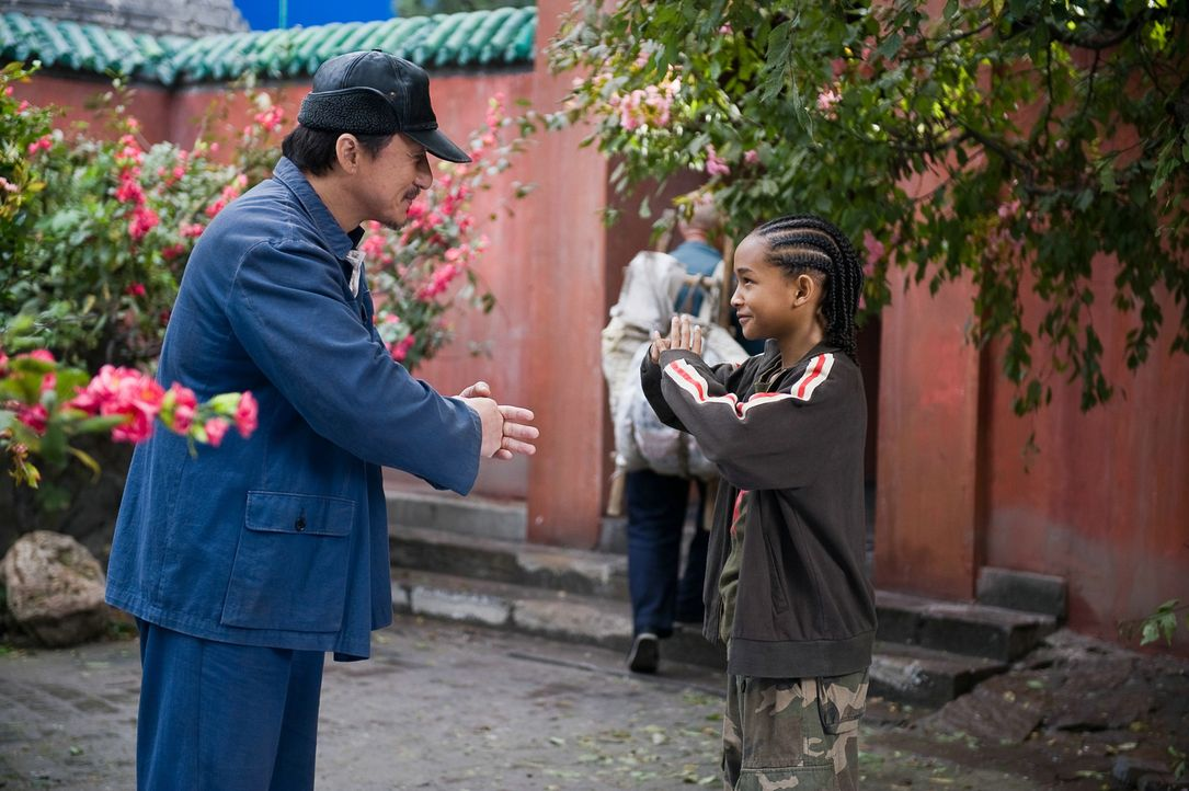Nach anfänglichem Zögern nimmt Mr. Han (Jackie Chan, l.), Hausmeister der Schule und ehemaliger Kung-Fu-Meister, Dre (Jaden Smith, r.) unter seine F... - Bildquelle: 2010 CPT Holdings, Inc. All Rights Reserved.