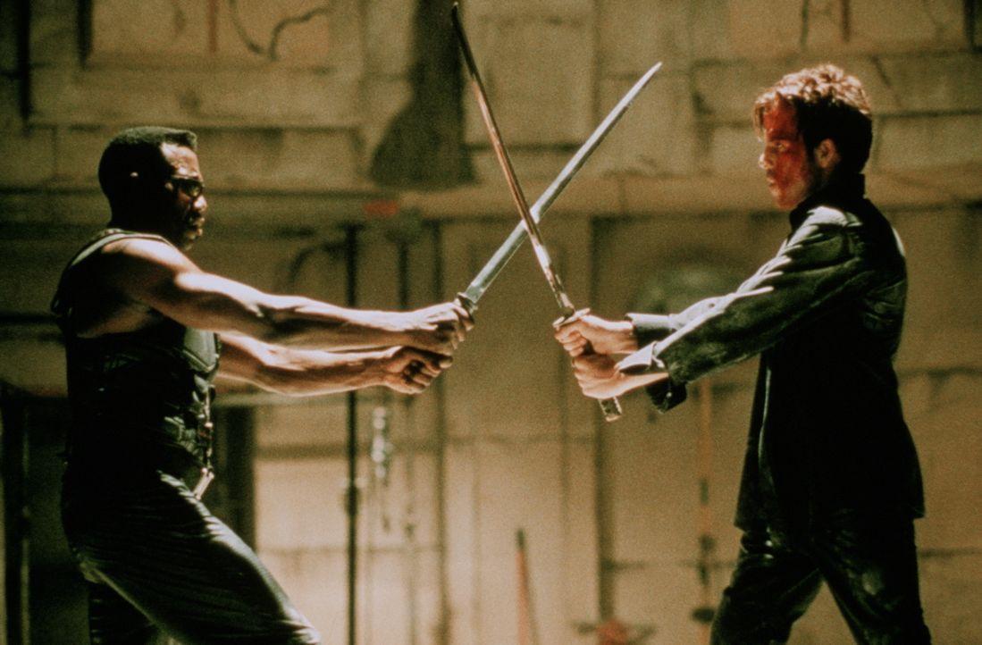Gut und Böse stehen sich im Entscheidungskampf gegenüber: Blade (Wesley Snipes, l.) und Deacon (Stephen Dorff, r.) ... - Bildquelle: New Line Cinema