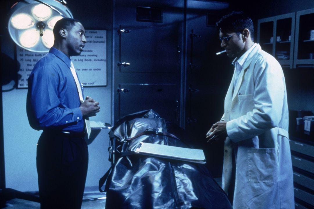 Kommen einem perfiden Plan auf die Schliche: Versicherungsagent Terence Bridge (Isaiah Washington, l.) und Julian Haynes (Joe Michael Burke, r.) ... - Bildquelle: Columbia Pictures