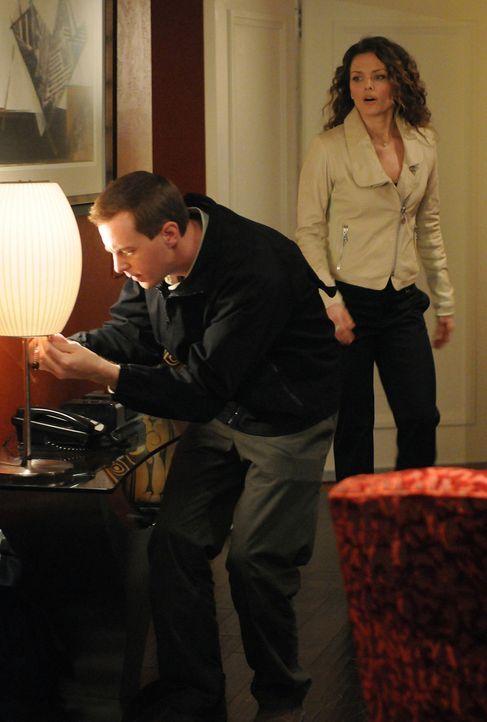 Der Mord an Justin Moss, einem Lieutenant der Navy, bringt McGee (Sean Murray, l.) und das restliche Team zu der ehemaligen Edel-Bordell-Besitzerin... - Bildquelle: CBS Television