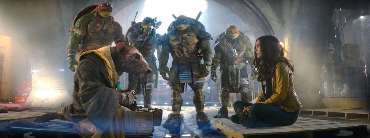 Die Reporterin April (Megan Fox, r.) unterstützt die mutierten Schildkröten Raphael (Alan Ritchson, hinten l.), Donatello (Jeremy Howard, 2.v.l.), L... - Bildquelle: MMXIV Paramount Pictures Corporation. All Rights Reserved.