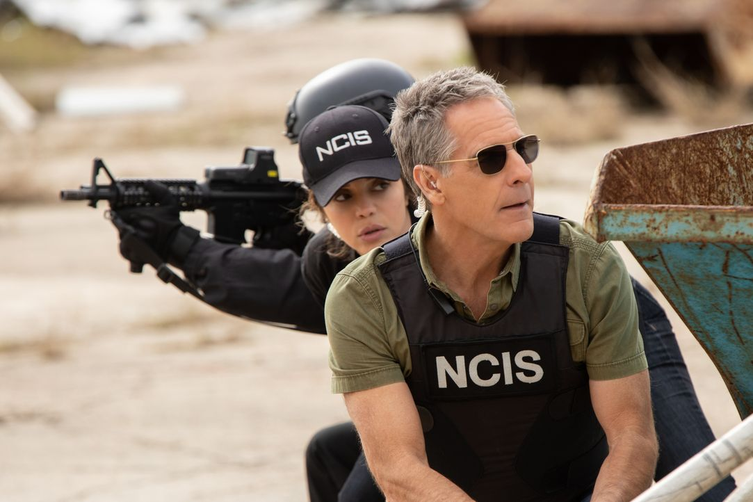 FBI Special Agent Tammy Gregorio (Vanessa Ferlito, l.); Special Agent Dwayne Pride (Scott Bakula, r.) - Bildquelle: Sam Lothridge 2018 CBS Broadcasting Inc. All Rights Reserved. / Sam Lothridge