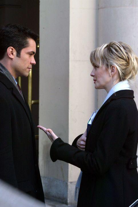 Det. Lilly Rush (Kathryn Morris, r.) und Det. Scott Valens (Danny Pino, l.) besprechen die weitere Vorgehensweise ... - Bildquelle: Warner Bros. Television