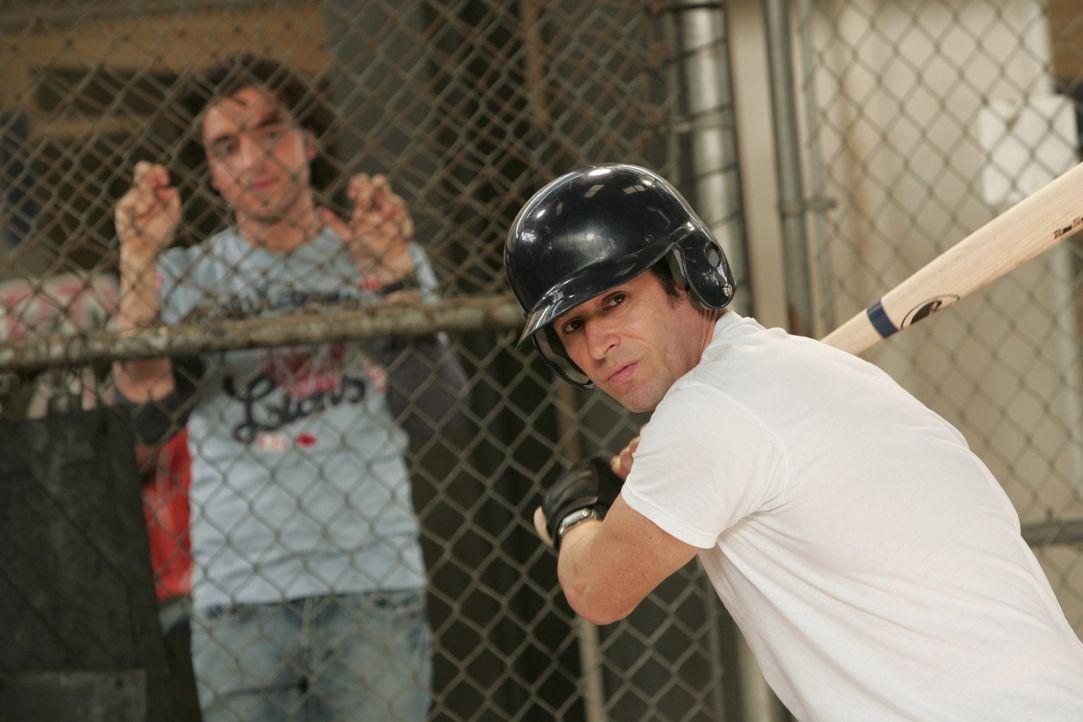 Versuchen sich vom Alltag etwas abzulenken: Don (Rob Morrow, r.) und Charlie (David Krumholtz, l.) ... - Bildquelle: Paramount Network Television
