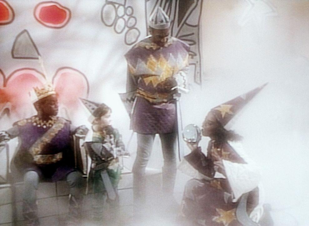 Im Land des bösen Königs Kenny (Deon Richmond, l.) leben der Herzog des Verderbens (Alex Germain, 2.v.l.), der Herold Cliff (Bill Cosby) und die W... - Bildquelle: Viacom
