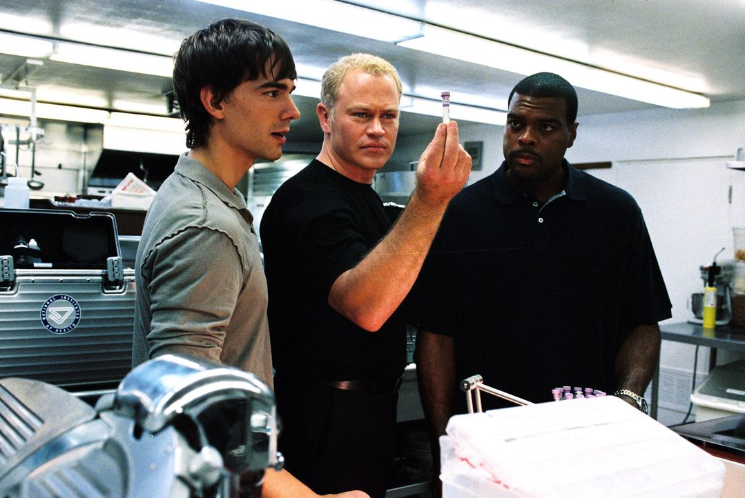Sind einem mysteriösen Krankheitserreger auf der Spur: Miles McCabe (Christopher Gorham, l.), Dr. Stephen Connor (Neal McDonough, M.) und Frank Pow... - Bildquelle: CBS Television
