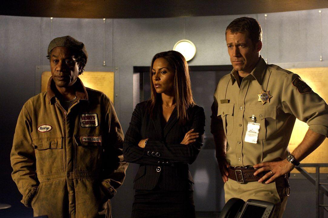 Stehen vor einem Rätsel: Jack Carter (Colin Ferguson, r.), Allison Blake (Salli Richardson-Whitfield, M.) und Henry Deacon (Joe Morton, l.) ... - Bildquelle: Universal Television