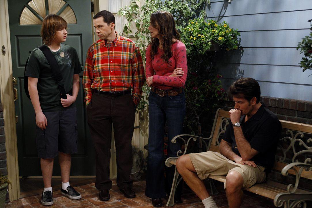 Während Judith (Marin Hinkle, 2.v.r.) und Alan (Jon Cryer, l.) etwas Mitleid mit Charlie (Charlie Sheen, r.), nach der Trennung von Chelsea haben,... - Bildquelle: Warner Brothers