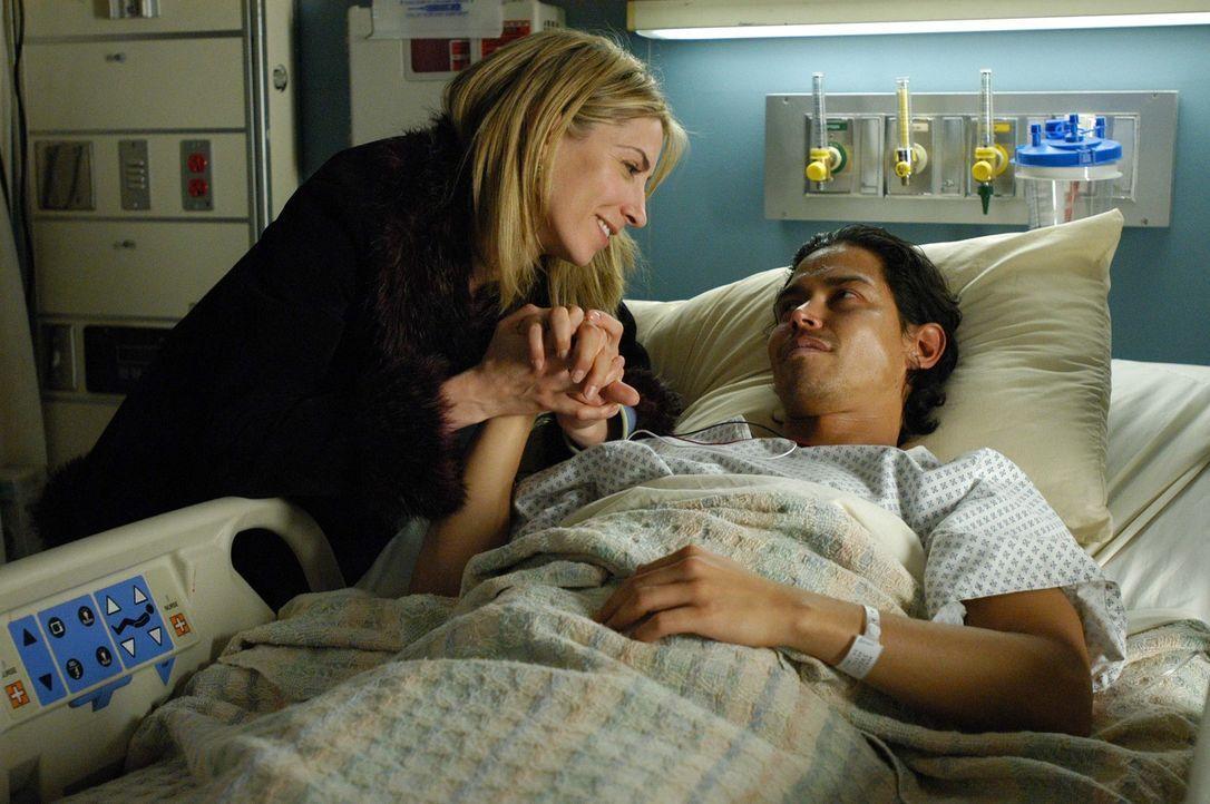 Holly (Yvonne Jung, l.) ist besorgt um Carlos (Anthony Ruivivar, r.), der an einem tödlichen Virus erkrankt ist ... - Bildquelle: CBS Television