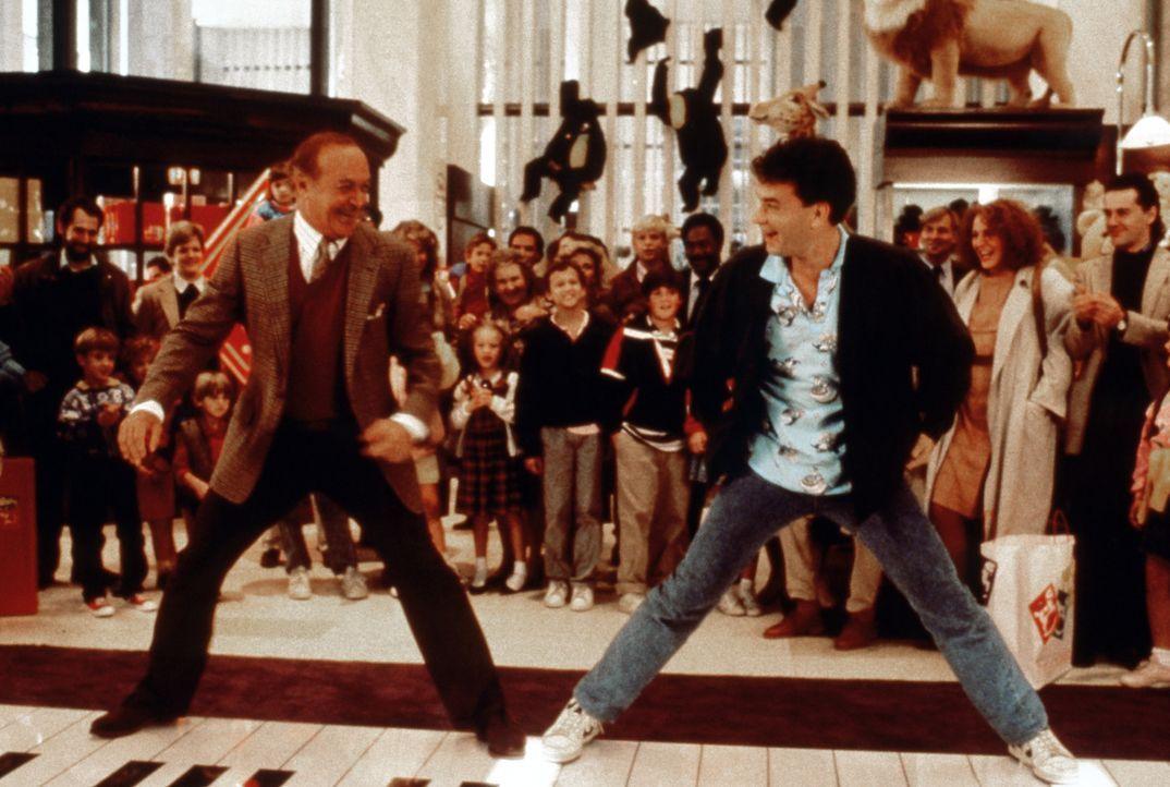 Der sonst eher spießige MacMillan (Robert Loggia, l.), lässt sich von Joshua Baskin (Tom Hanks, r.) zu einem Tänzchen mitreißen ... - Bildquelle: 20th Century Fox Film Corporation