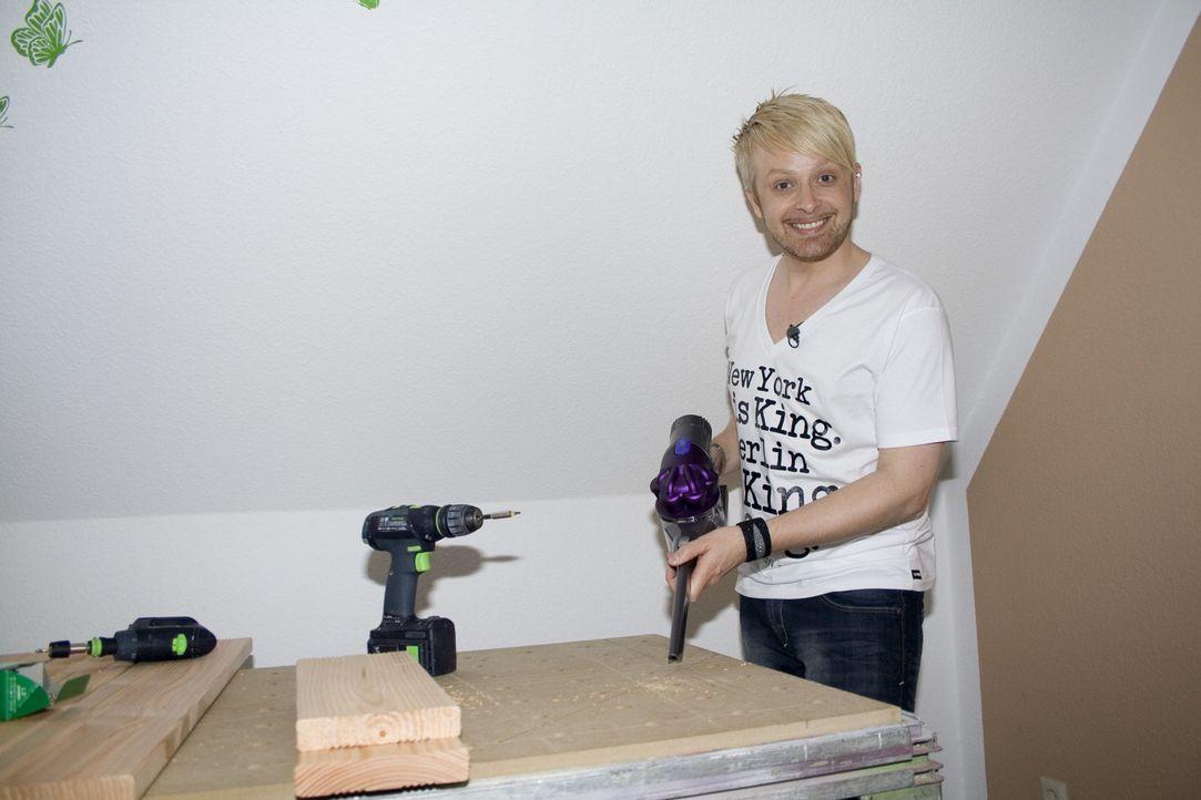Ex-Bro'Sis-Sänger Ross Antony gestaltet eine Kücheneckbank aus Holz für sein Zuhause ... - Bildquelle: kabel eins