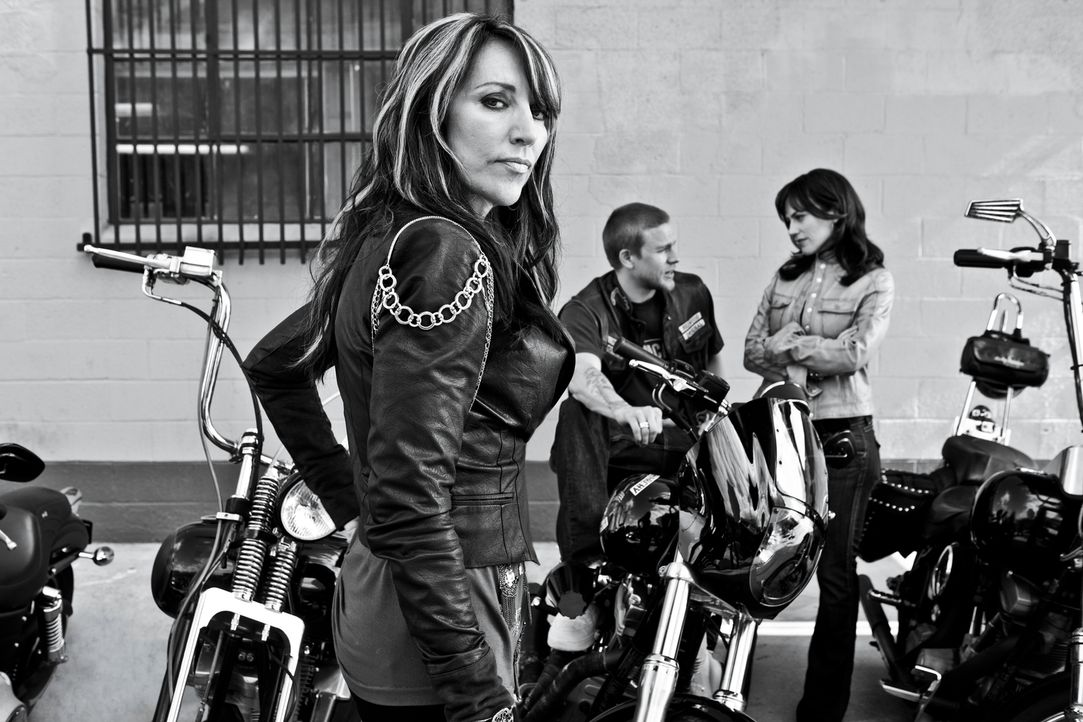 (4. Staffel) - Gemma (Katey Sagal, l.) befürchtet, dass Jax (Charlie Hunnam, M.) durch Tara (Maggie Siff, r.) ein verhängnisvolles Geheimnis lüftet... - Bildquelle: 2011 Twentieth Century Fox Film Corporation and Bluebush Productions, LLC. All rights reserved.