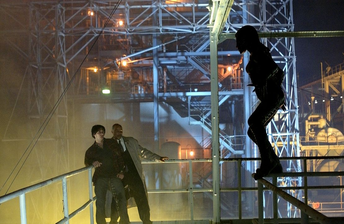 Im Visier blutrünstiger Bestien: Wasach (Michael Warren, M.) und Dean (Robin Dunne, l.) ... - Bildquelle: 2007 MGM International Television Distribution