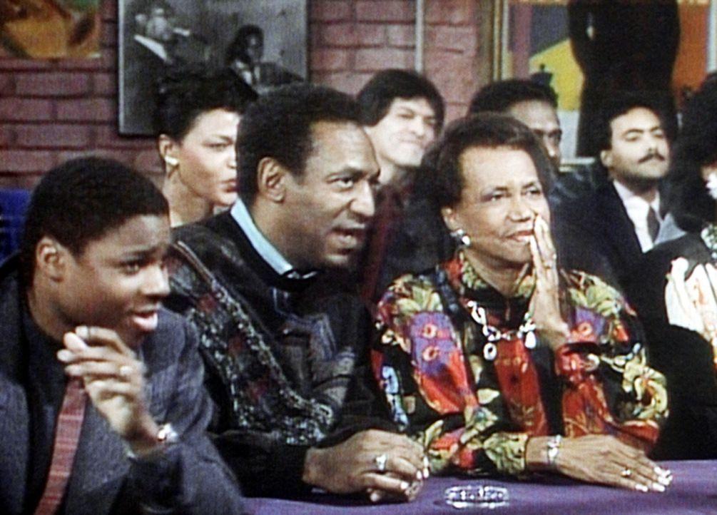 Theo (Malcolm-Jamal Warner, l.) wartet mit Cliff (Bill Cosby, 2.v.l.) und Großmutter Anna (Clarice Taylor, r.) gespannt darauf, wie Großvater Russ... - Bildquelle: Viacom