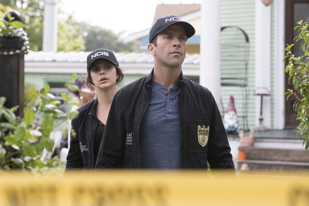 Suchen nach der undichten Stellt beim NCIS, die Informationen an die Presse gibt: Tammy (Vanessa Ferlito, l.) und LaSalle (Lucas Black, r.) ... - Bildquelle: Sam Lothridge 2018 CBS Broadcasting, Inc. All Rights Reserved/Sam Lothridge