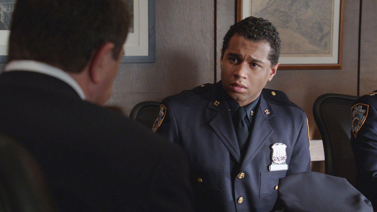 Die Schuld, im Einsatz einen Unschuldigen getötet zu haben, lastet schwer auf dem noch unerfahrenen Polizisten Blake (Corbin Bleu) ... - Bildquelle: 2012 CBS Broadcasting Inc. All Rights Reserved.