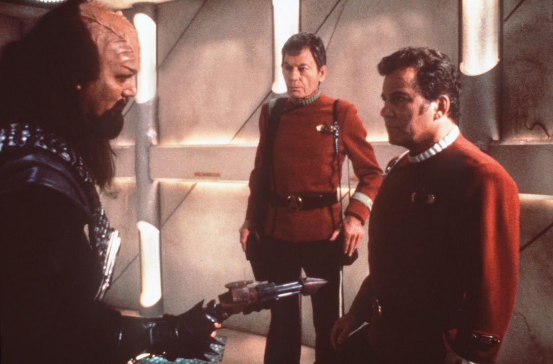 Die Föderationsoffiziere Dr. McCoy (DeForest Kelley, M.) und Kirk (William Shatner, r.) werden wegen Mordes festgenommen ... - Bildquelle: Paramount Pictures