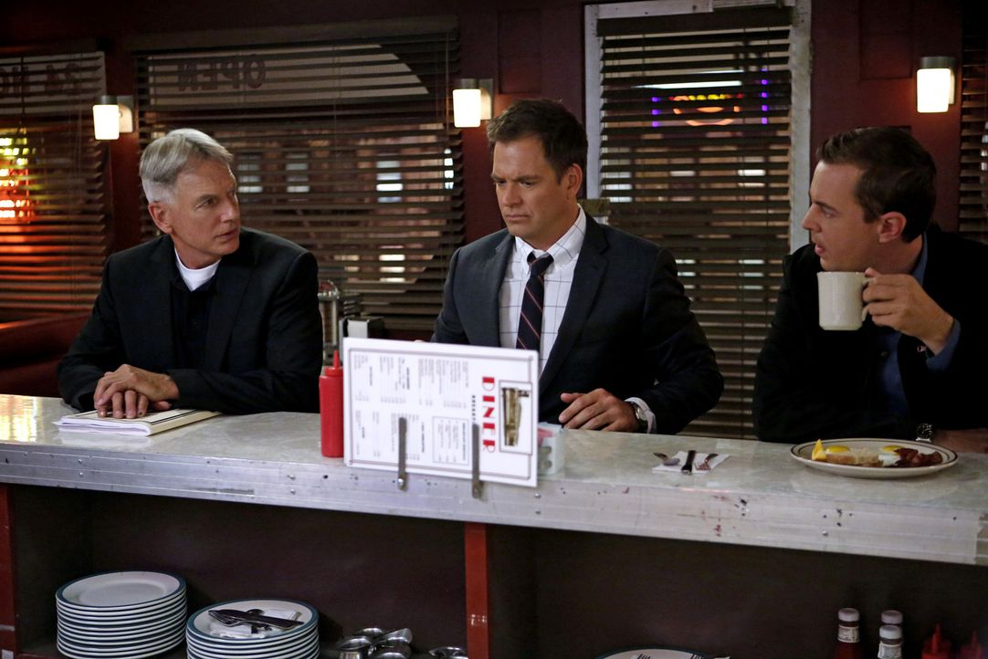 Gibbs (Mark Harmon, l.), Tony (Michael Weatherly, M.) und McGee (Sean Murray, r.) ermitteln im Mordfall eines Marine Sergeants, der in einem Modelad... - Bildquelle: CBS Television