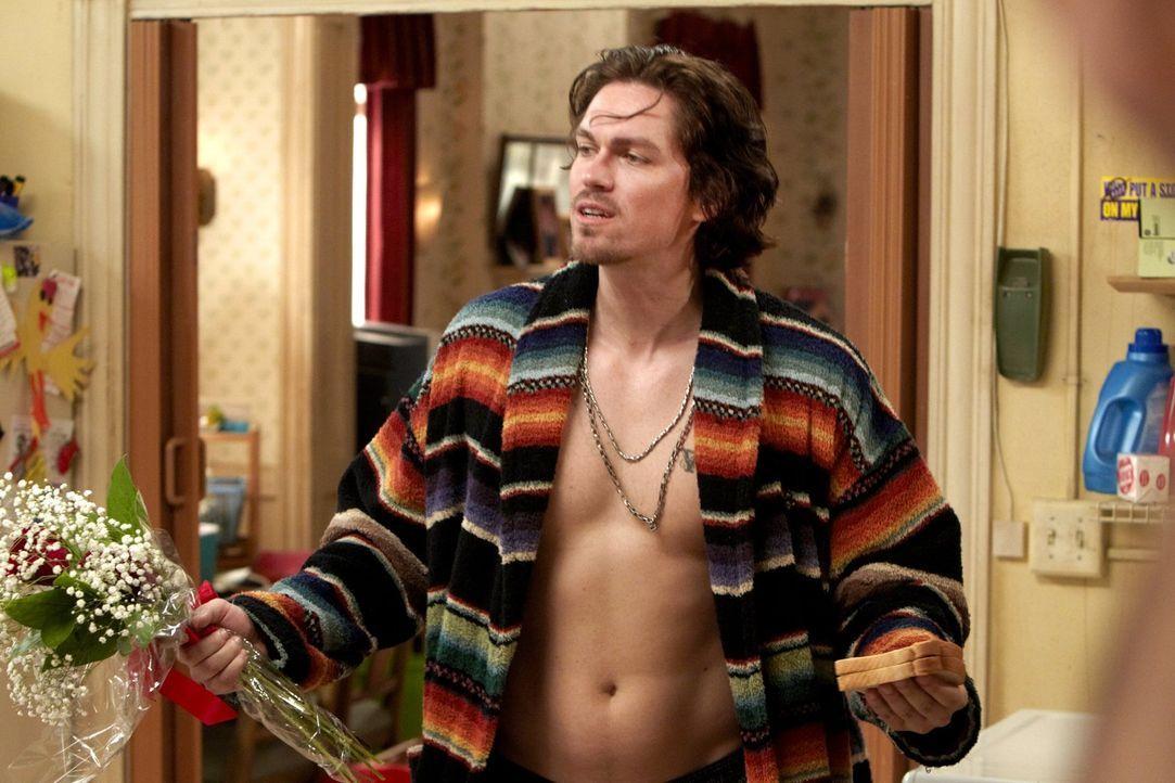 Da Kevin (Steve Howey) selbst nicht gerade viel Geld hat, ärgert es ihn umso mehr, dass die Gallaghers ständig Sachen von ihm borgen ... - Bildquelle: 2010 Warner Brothers