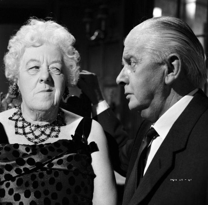 Gemeinsam mit ihrem Freund Stringer (Stringer Davis, r.) ist Miss Marple (Margaret Rutherford, l.) gerade dabei, Spendengelder für einen guten Zweck... - Bildquelle: Warner Bros.