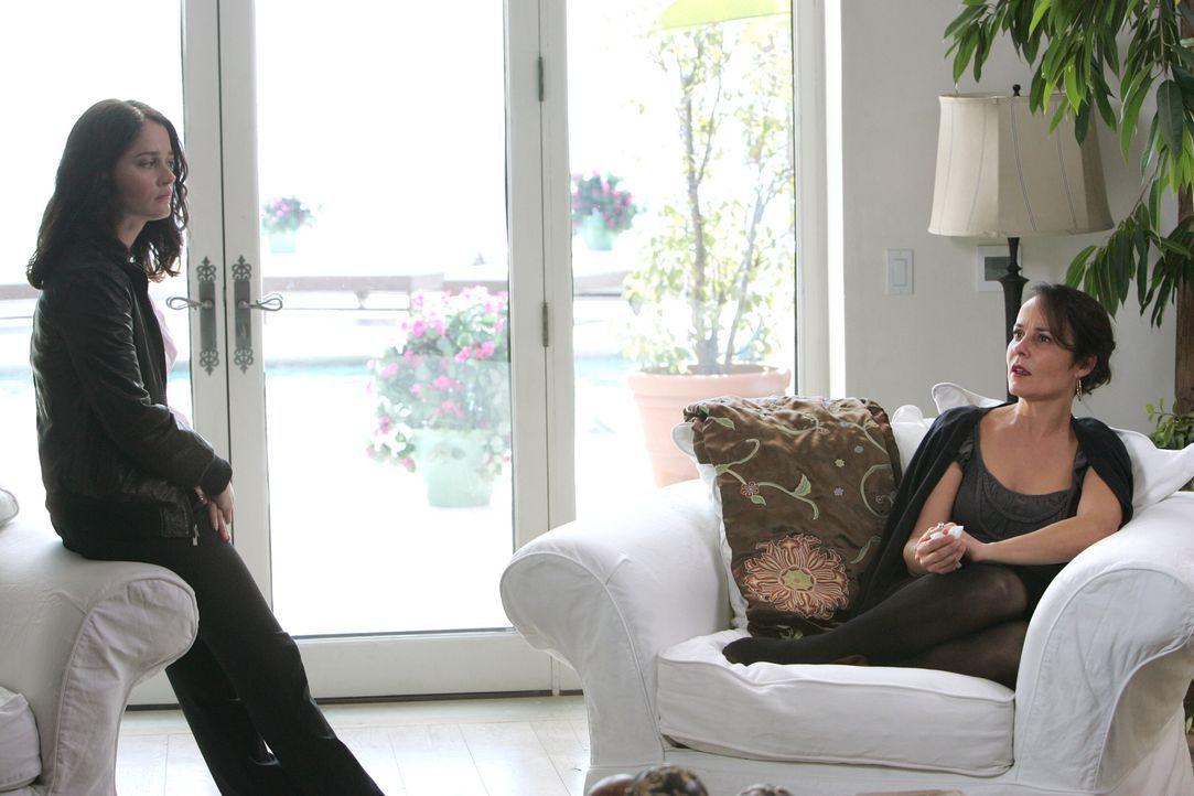 Um den Mord an Hollywood-Produzenten Felix Hanson aufzuklären nimmt sich Teresa (Robin Tunney, l.) dessen Ehefrau Felicia (Rebecca Rigg, r.) vor. Do... - Bildquelle: Warner Bros. Television