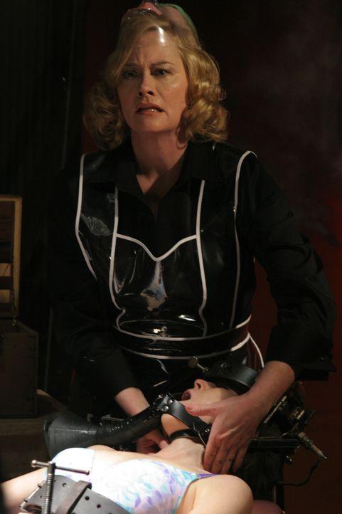 Wenn das nur ihre Nachbarn wüssten! Die biedere Hausfrau Cass (Cybill Shepherd, oben) hegt ziemlich sadistische Neigungen, die sie hemmungslos ausl... - Bildquelle: Sony Pictures Television International. All Rights Reserved.